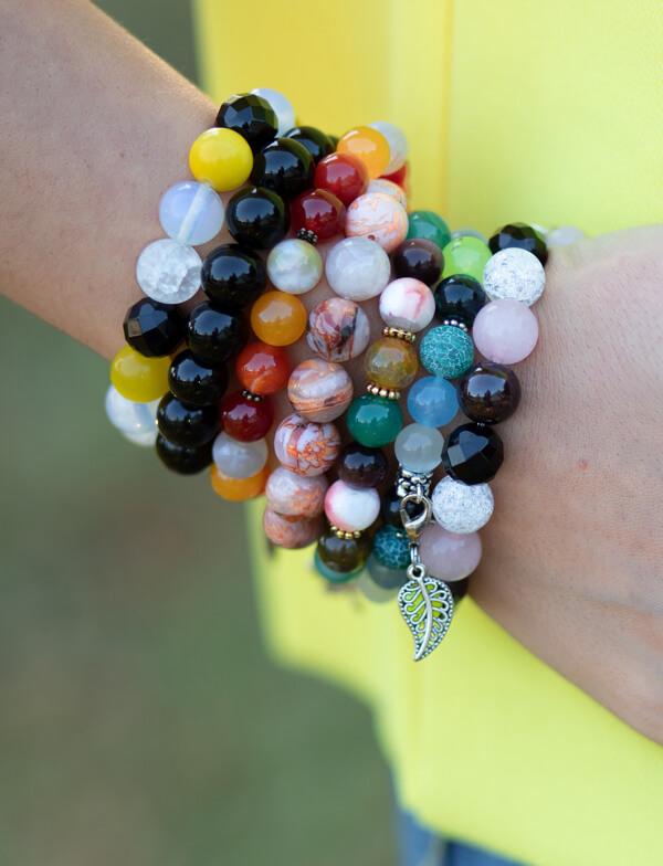 Sieben bunte Armbänder für Frauen an einem Handgelenk
