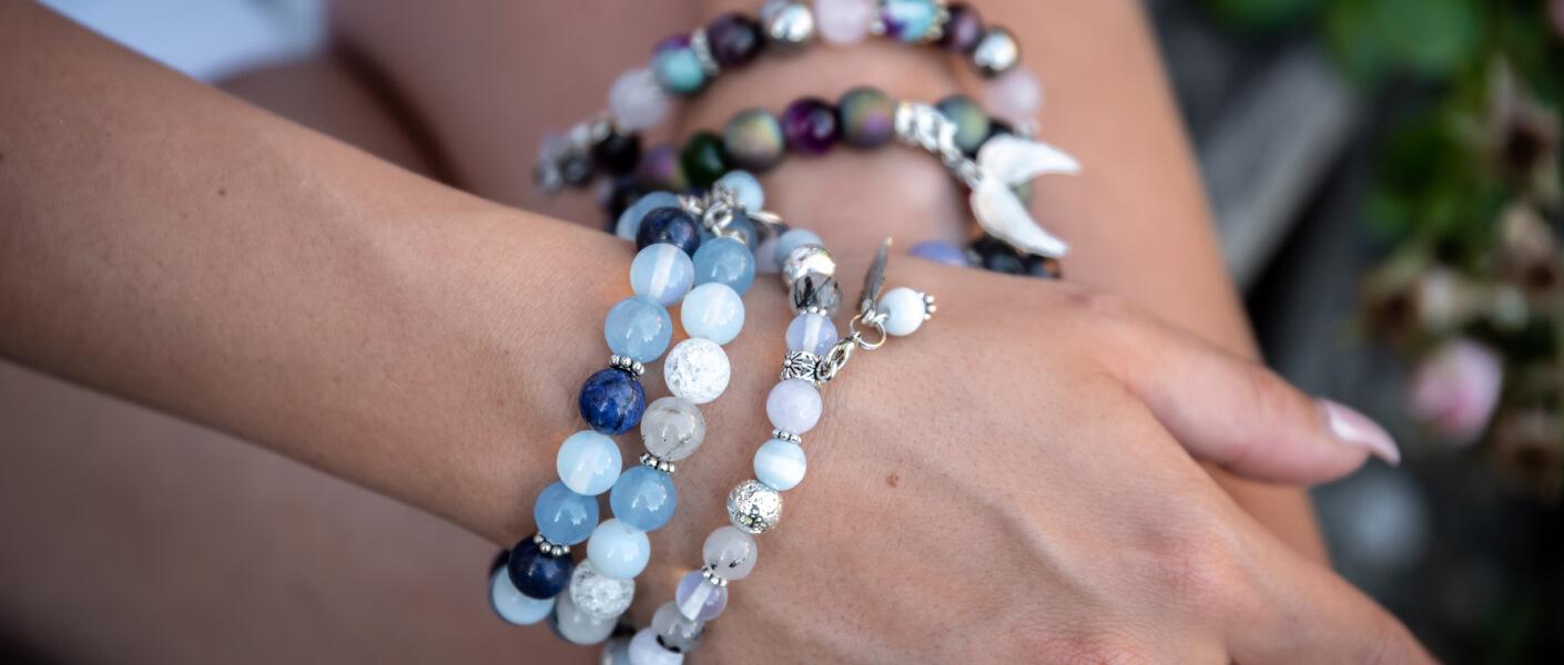 Frauenhände mit handgemachten Armbändern