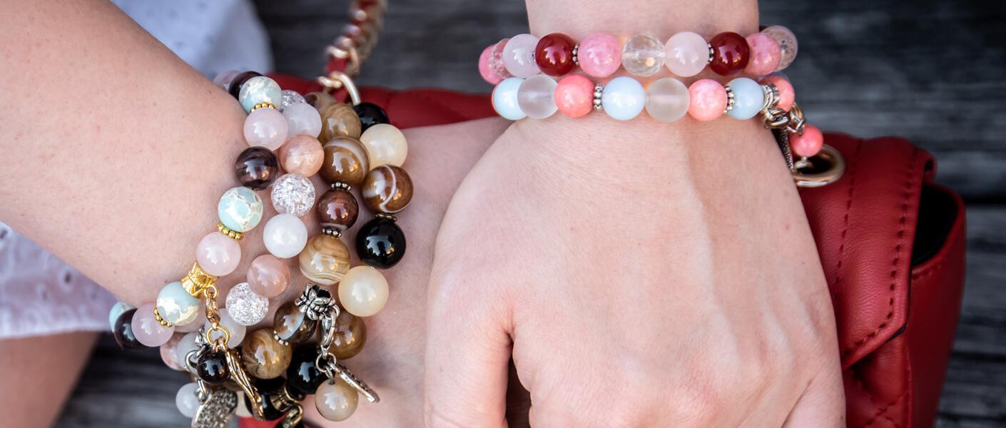 Frauenhände mit selbstgemachten Armbändern
